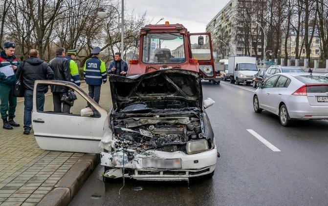 na-stolichnyh-ulitsah-goryat-avtomobili
