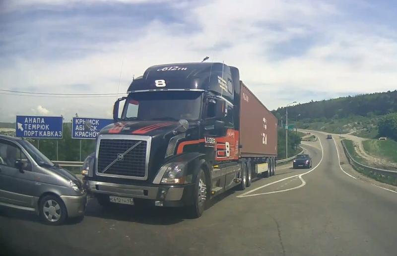 Столкновение автопоезда Volvo с Daewoo Matiz