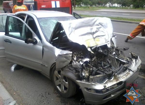 Mercedes врезался в автобус МАЗ