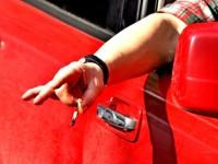 выброс мусора в окно автомобиля