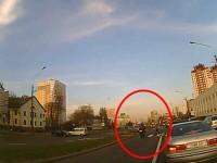 Мотоциклист чудом не сбил женщину в Минске