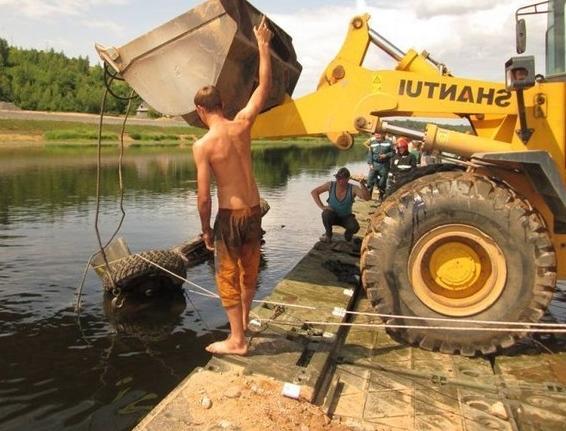 ЗИЛ упал в реку