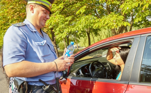 гаи раздает водителям питьевую воду